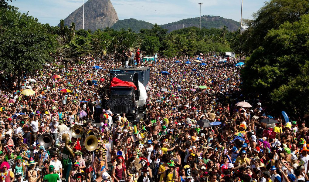 Tradicional bloco do carnaval carioca, o Escravos da Mauá, que desfila na região portuária da cidade, sairá no dia 31 de janeiro; a concentração começa às 10h e o desfile ao meio-dia, de acordo com a diretora da agremiação, Teresa Guilhon; o bloco sai desde 1993 no Largo de São Francisco da Prainha, no bairro da Saúde, berço dos ranchos e dos primeiros movimentos do choro e do samba no Rio de Janeiro; segundo Teresa, o Escravos da Mauá procura em seus desfiles valorizar a cultura popular do Rio de Janeiro e o patrimônio da região portuária e da cidade; este ano, o local da concentração, a Praça Mauá, está renovada após modernização da área pela prefeitura