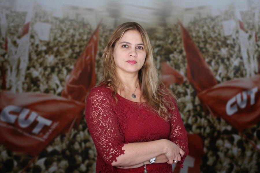 """""""A Samarco controla a cena do crime e chega a selecionar quais jornalistas podem entrar. Assim como controla o acesso da população ao Comando de Operações da Defesa Civil e do Corpo de Bombeiros, que funciona dentro da sede da empresa"""", diz Beatiz Cerqueira, presidente da CUT-MG; """"Livremente, a Samarco chantageia a cidade de Mariana pelo poder econômico e pelos impactos que a suspensão do seu trabalho na região causará, como se não tivesse que dar assistência à cidade por todos os prejuízos causados"""""""