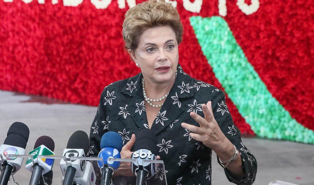 """Por meio de sua conta no Twitter, a presidente Dilma Rousseff defendeu nesta quarta-feira, 27, que o país precisa """"lançar uma guerra"""" contra o mosquito transmissor da dengue, da chikungunya e o Zika;""""Enquanto não temos vacina contra o vírus Zika, a guerra deve se concentrar no extermínio de criadouros do mosquito"""", disse Dilma; """"Acabar com o Zika é responsabilidade de todos nós e de cada um"""", acrescentou; Brasil tem atualmente 3.448 casos suspeitos de microcefalia ligada ao Zika e 270 confirmados"""