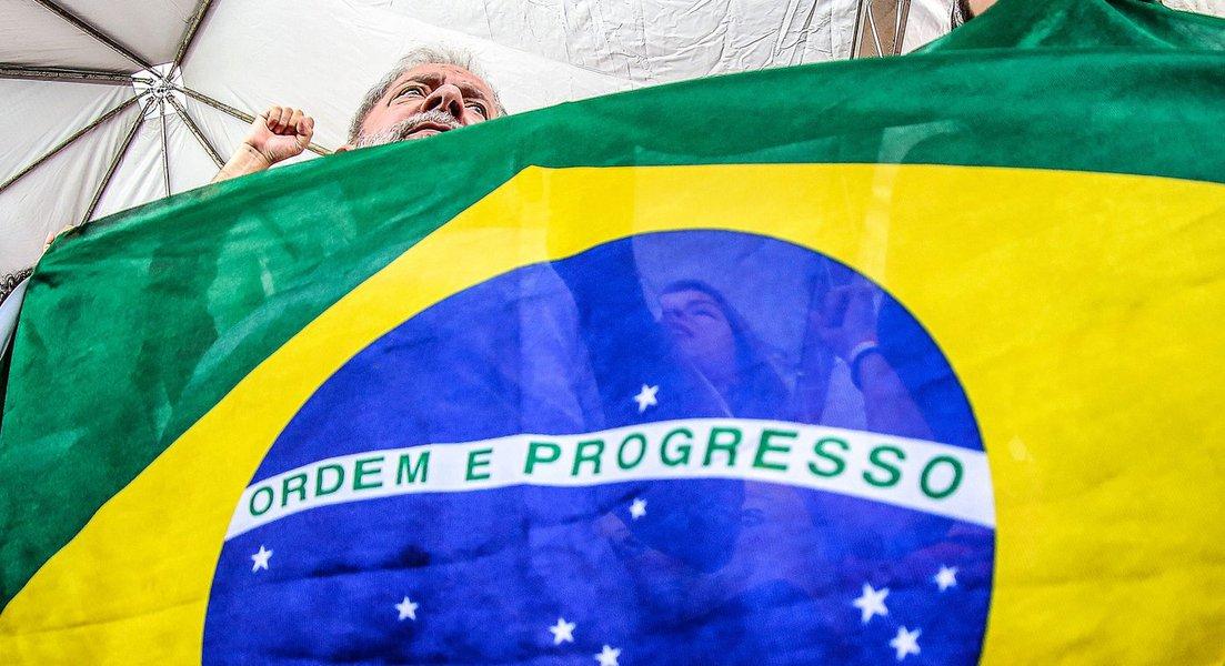 """O ex-presidente Lula discursou nesta manhã em Brasília, contra o golpe parlamentar que será votado amanhã na Câmara dos Deputados e disse que """"baderneiro é quem tenta matar a democracia""""; ele também demonstrou otimismo na capacidade do governo de obter os votos necessários para barrar o impeachment da presidente Dilma Rousseff;""""Ainda tenho três governadores para conversar"""", disse ele; """"Vou conversar com governadores que eu acho que eles podem nos ajudar"""", completou"""