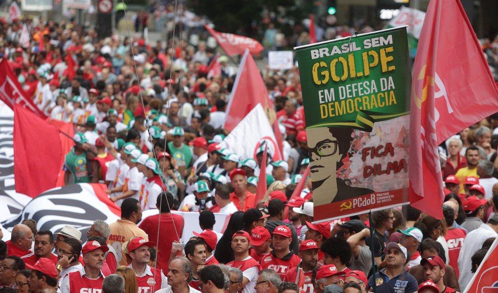 Não permitiremos a vitória do golpe que pretende demolir todos os avanços sociais alcançados nos últimos anos. Não engoliremos Eduardo Cunha na vice-presidência da República. Estamos nas ruas e vamos continuar até este domingo em vigília para enfrentar os golpistas