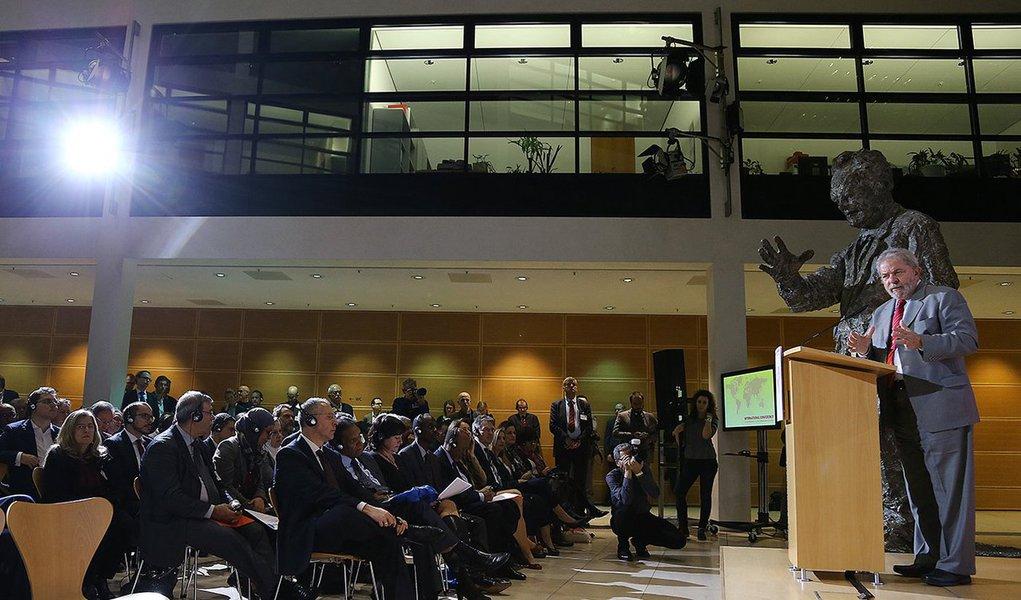"""Em Berlim, onde participou da Conferência Internacional do Congresso do Partido Social-Democrata Alemã (SPD), nesta quarta-feira 9, o ex-presidente afirmou em seu discurso que a oposição no Brasil """"não desceu do palanque"""" desde as eleições de 2014 e que o presidente da Câmara, Eduardo Cunha, """"num gesto de vingança"""" contra o PT aceitou na semana passada um dos pedidos de impeachment apresentados contra a presidente Dilma Rousseff; Lula chamou a votação de ontem, secreta e com chapa alternativa para a formação da comissão de impeachment, de """"afronta jamais vista no País""""; """"O que está em jogo não é o julgamento da presidenta Dilma, é o estado democrático de direito. Na verdade é uma tentativa de golpe explícito contra o Brasil e contra a presidenta Dilma Rousseff"""", disse"""