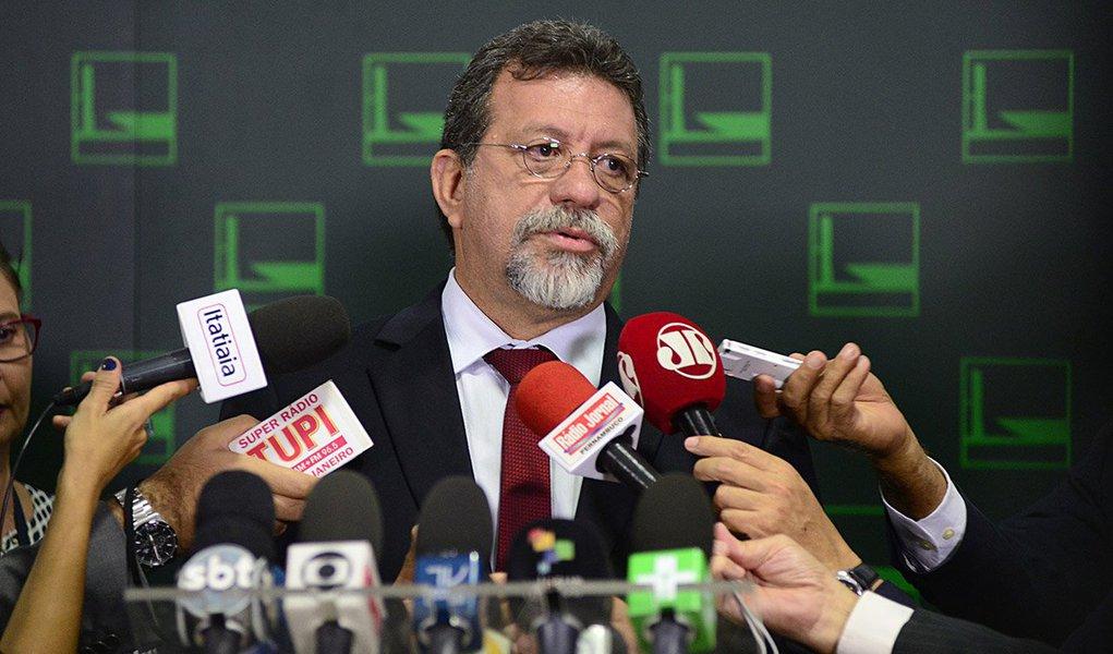 """Em declaração a jornalistas em que anunciou que o ex-presidente Lula aceitou o convite da presidente Dilma para assumir a Casa Civil, o deputado Afonso Florence (PT-BA) disse que """"o foro privilegiado nunca foi e não será motivo de obstaculização de investigações"""" e que Lula """"aceitou o convite única e exclusivamente com a intenção de ajudar o País a sair da crise"""""""