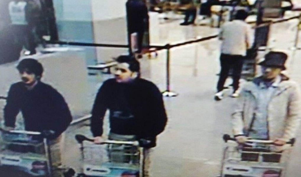 O procurador federal da Bélgica identificou nesta quarta-feira dois irmãos como os homens-bomba que mataram pelo menos 31 pessoas no mais mortal ataque da história de Bruxelas, mas disse que um outro suspeito está foragido;Ibrahim El Bakraoui, 29 anos, um dos dois homens que se explodiram no aeroporto de Bruxelas, deixou um testamento em um computador abandonado;seu irmão, Khalid El Bakraoui, 27 anos, se explodiu em um vagão do metrô