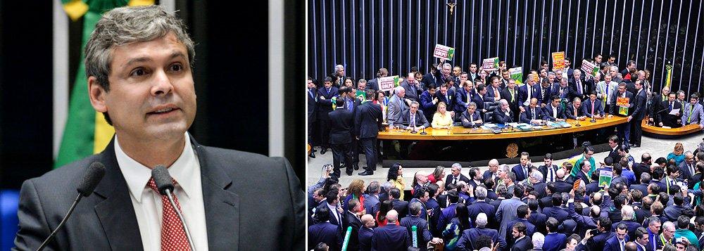 """Senador Lindbergh Farias (PT-RJ) lembra do livro """"O processo"""", de Franz Kafka, em que é negado a um cidadão o direito de saber os reais motivos do crime pelo qual é acusado, o que impossibilita sua defesa, para falar sobre o caso da presidente Dilma Rousseff; """"O ritual da tese do 'conjunto da obra', acusações desconexas sem o rigor da prova, prevaleceu na Câmara, impedindo, até o momento, o direito de defesa"""", diz ele; o parlamentar afirma acreditar que o golpe """"pode ser derrotado no Senado"""", onde o caso pode ser avaliado de forma """"diferente do vexame da Câmara"""""""