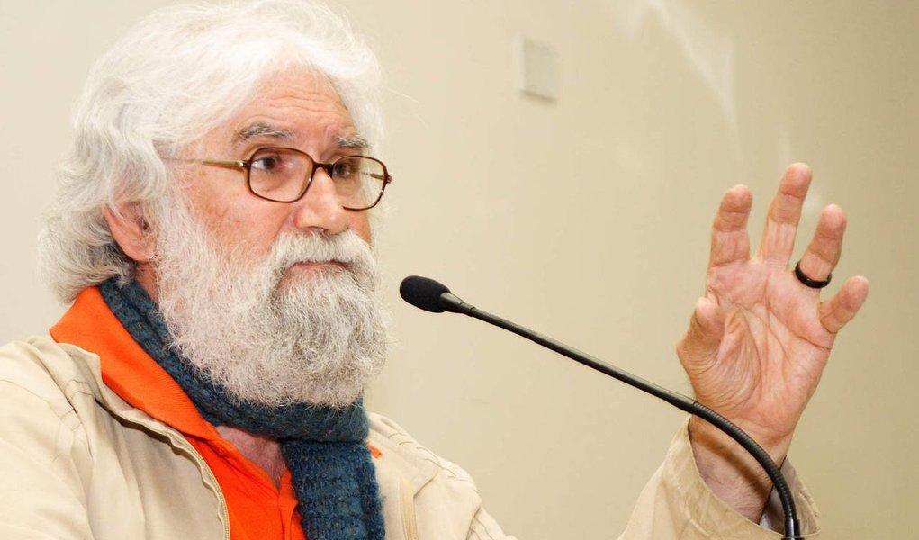 """O escritor Leonardo Boff reforçou a sua posição contra o impeachment da presidente Dilma, ou seja, a favor da democracia. E criticou a Globo; """"Não estamos mais num voo cego. Meu sentimento do mundo me diz que a democracia triunfará bem sobre os golpistas, especialmente sobre a TVGlobo"""", disse o teólogo no Twitter; o escritor. também resolveu bater duro no presidente da Câmara, Eduardo Cunha (PMDB-RJ), quem conduz o processo de impeachment na Casa; """"O parlamento é culpável, é uma vergonha internacional o fato de Eduardo Cunha, criminoso notório, possa vir a ser vice-presidente e presidente"""""""