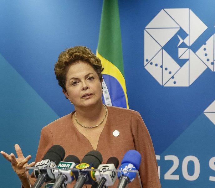 A presidente Dilma Rousseff (PT) deverá iniciar, na próxima semana, uma agenda de entrevistas à imprensa internacional, para dizer que está sendo vítima de uma tentativa de golpe, argumento que tem usado em seus discursos mais recentes no País; a informação é do blog do Kennedy Alencar; a presidente e o PT avaliam que a presença do ex-presidente Lula no governo é a única chance de evitar o impeachment; apesar de estar desgastado, ele capacidade de articulação política maior do que Dilma, segundo o Palácio do Planalto