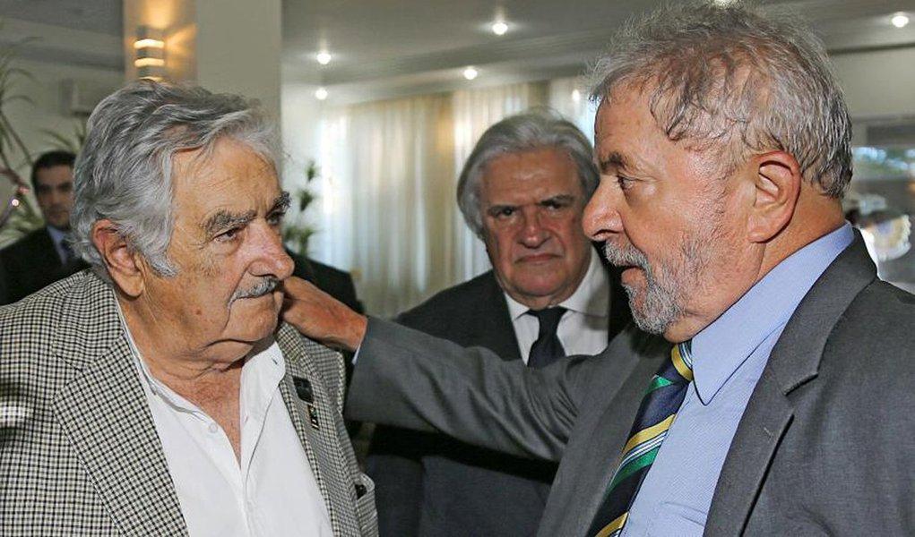 """Ex-presidente do Uruguai José Mujica expressa sua """"esperança"""" no desempenho do novo ministro Lula, que elogiou por sua """"coragem diante dos novos desafios, neste momento político difícil""""; """"dá a impressão de que existe uma espécie de cabaré jurídico no Brasil, isso também acontece em outros países"""", diz ele sobre a """"caça às bruxas"""" contra esse """"grande líder popular""""; por trás deste movimento, afirma que """"há interesses muito pesados em jogo, a respeito de tudo isso que acontece com o Lula, em tirá-lo da disputa presidencial, da disputa política""""; segundo Mujica, a """"direita quer causar uma fratura social no Brasil, que é o maior exemplo de mescla social que existe na face da Terra"""""""