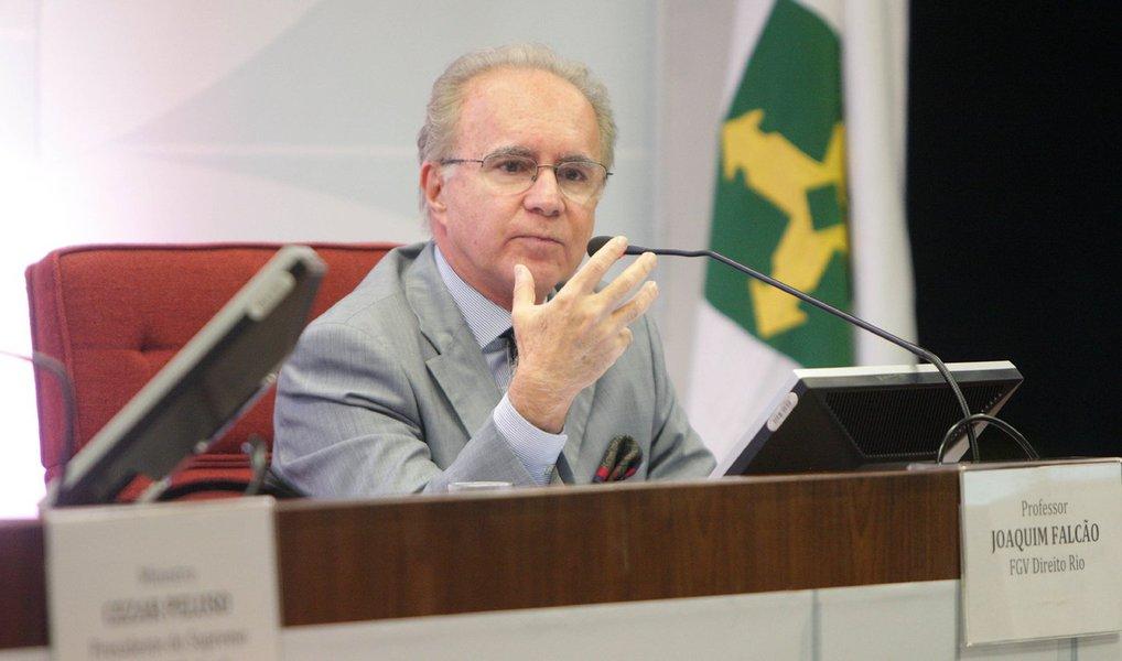 """Um dos juristas mais respeitados do país, o professor de Direito Constitucional da FGV/Rio, Joaquim Falcão, disse que os ministros do Supremo Tribunal federal (STF) estão """"falando demais"""" sobre o processo de impeachment da presidente Dilma Rousseff; """"Isso não é recomendado, inclusive, pela legislação. A lei orgânica da magistratura. Ministro fala nos autos. É direito da cidadania ele não somente ser imparcial, mas parecer imparcial"""", afirmou; declaração faz referência a uma entrevista recente do ministro do STF Marco Aurélio Mello que afirmou que o processo de impeachment da presidente Dilma pode """"transparecer um golpe"""""""