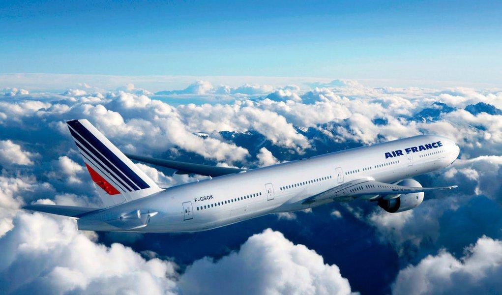 """Um voo da Air France que seguia de San Franciso, nos Estados Unidos, para Paris foi desviado para Montreal após uma """"ameaça anônima""""; autoridades de segurança ao redor do mundo estão em alerta desde extremistas ligados ao grupo Estado Islâmico reivindicaram a autoria dos ataques em Paris no mês passado, que deixaram 130 mortos e cerca de 350 feridos"""