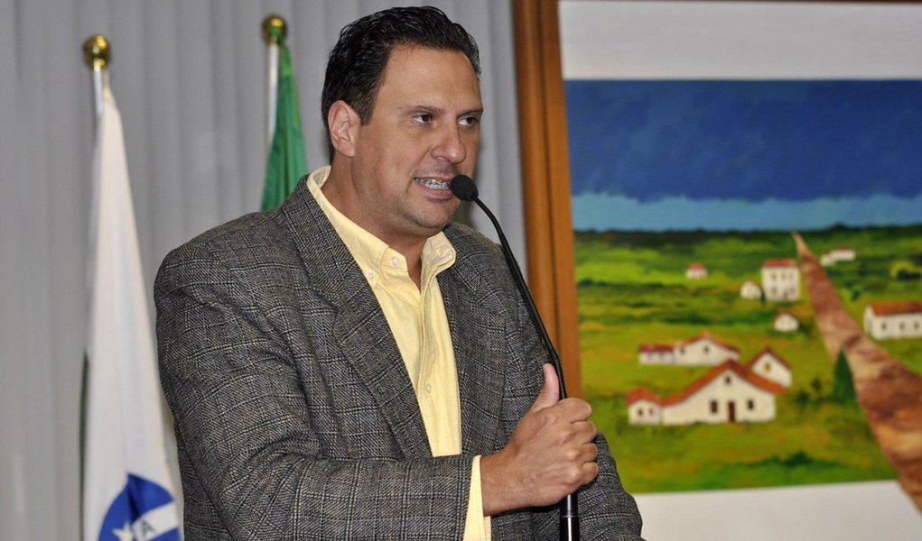 """Irmão da vice-governadora Cida Borghetti (PROS), oex-vereador de Curitiba, Juliano Borghetti, foi preso pelo Grupo de Atuação Especial de Combate ao Crime Organizado (Gaeco); a operação é do órgão é um desdobramento da """"Quadro Negro"""", que investiga desvio de recursos destinados à construção de escolas; omandado de prisão contra ele é temporário e tem prazo de cinco dias; o ex-parlamentar foi um dos envolvidos na briga entre os torcedores do Atlético-PR e do Vasco, em uma rodada do Campeonato Brasileiro na Arena Joinville, em Santa Catarina, em 2013; ele chegou a ser preso, mas foi solto"""