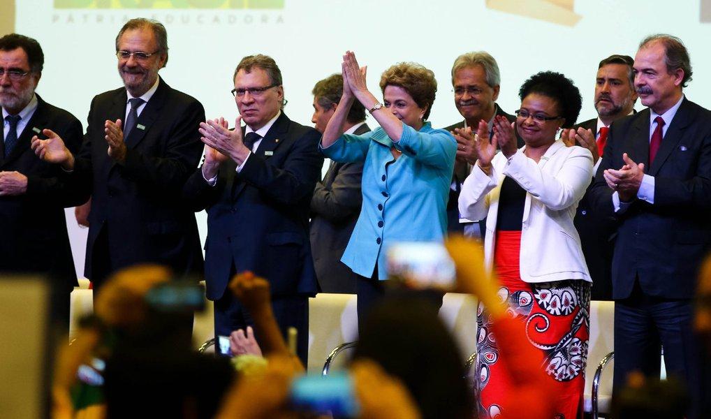 """Coros de """"Não vai ter golpe, vai ter luta"""", """"Fora Cunha"""" e """"Olê, olê, olá, Dilma, Dilma"""" eram entoados pelos presentes à Conferência de Direitos Humanos, em Brasília; antes mesmo de Dilma chegar ao evento, os oradores falavam contra o processo de impeachment, cuja abertura foi aprovada pela Câmara dos Deputados, na semana passada, e agora está em discussão em comissão especial do Senado"""