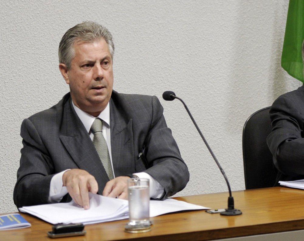 """O advogado Edson Ribeiro, preso nesta sexta-feira (27), por agentes da Policia Federal ao desembarcar no Rio de Janeiro de um voo procedente dos Estados Unidos, disse que houve uma interpretação equivocada dos fatos referentes a estratégia de defesa que havia adotado para o seu cliente, o ex-diretor da área internacional da Petrobras e delator da Operação Lava Jato, Nestor Cerveró; defensor de Ribeiro, Carlo Luchione, disse, ainda, que Ribeiro alegou """"inocência veementemente"""", além de afirmar que não traiu a confiança de Cerveró"""