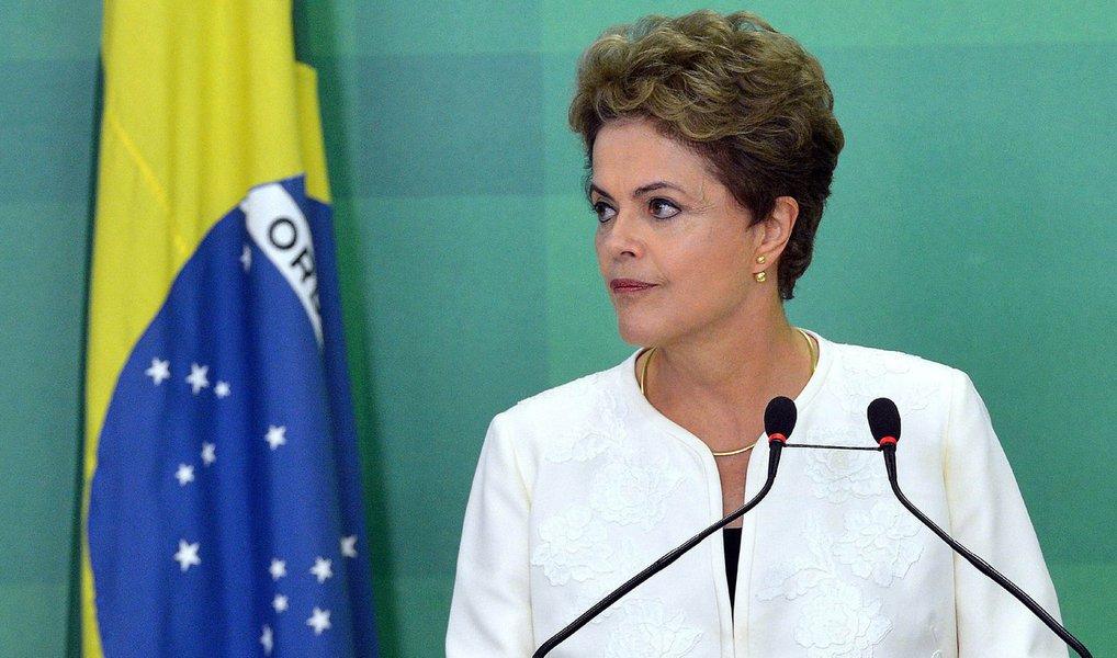 """""""Como líder do Partido Comunista do Brasil na Câmara, é meu dever defender o Estado Democrático de Direito e me perfilar às fileiras dos que combatem o golpe e lutaram e lutam pela democracia"""", escreve a deputada Jandira Feghali, em carta à presidente Dilma Rousseff; ela frisa que Dilma """"enfrenta esse turbilhão com cautela e lucidez, com a postura de quem tem um coração valente e se mantém coerente mesmo diante da militância do ódio, das mentiras espalhadas sobre seu governo""""; para a parlamentar, """"dias melhores virão"""""""