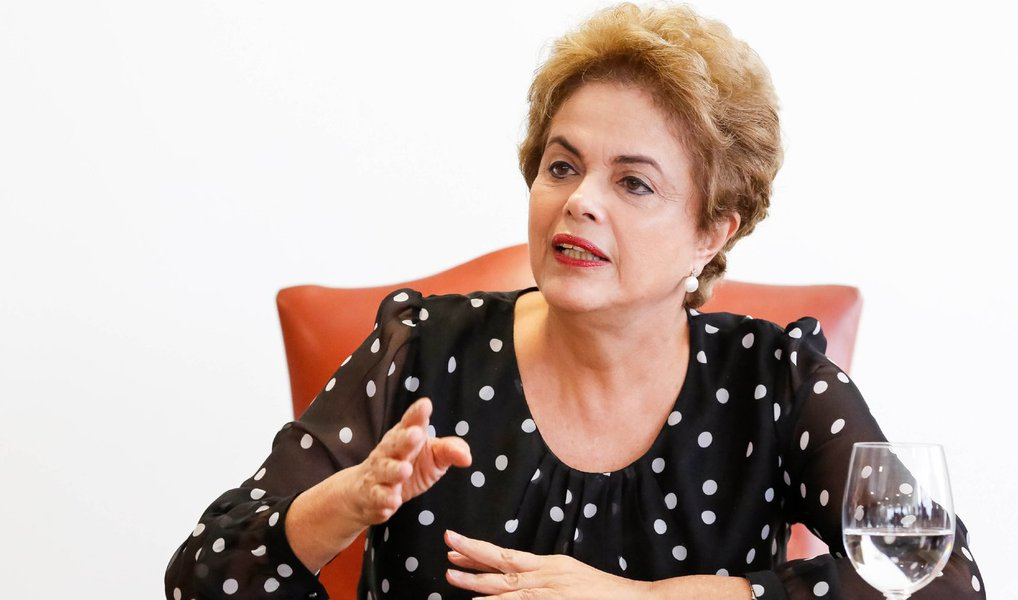 O Advogado-Geral da União, José Eduardo Cardozo, se reuniu com a presidenta para discutir o assunto e orientou o governo a desistir da mensagem em cadeia nacional na noite desta sexta-feira; no pronunciamento, Dilma dirigiria condenaria o processo em curso contra ela e diria que não cometeu crime de responsabilidade