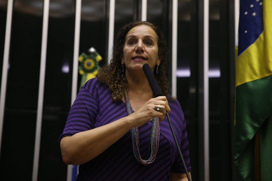 """Líder do PCdoB, partido que entrou com duas ações no STF contra a votação secreta determinada pelo presidente da Câmara, Eduardo Cunha, e contra a criação de uma chapa avulsa para definir os integrantes da comissão de impeachment, cobrou os parlamentares pelo voto secreto: """"Qual o medo? Medo da sociedade?""""; ela também disse que Cunha faria um """"favor à sociedade"""" se deixasse a cadeira"""