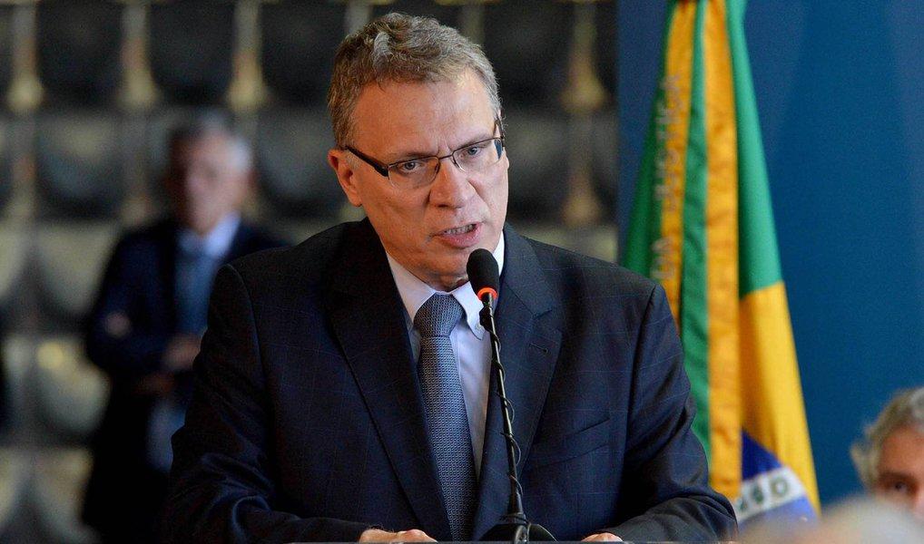 """O governo da presidente Dilma Rousseff vai liberar 160 milhões de reais, o equivalente à verba orçamentária restante para a Polícia Federal até o final deste ano, antes da data prevista para a votação do pedido de abertura de impeachment no Senado, que pode levar ao afastamento temporário da presidente, disse nesta terça-feira o ministro da Justiça, Eugênio Aragão; ele disse que a medida visa garantir que a PF não fique """"a mercê de chantagens políticas"""" após o dia 11 de maio, data em que o Senado deve votar em plenário a admissibilidade do pedido de impeachment de Dilma"""