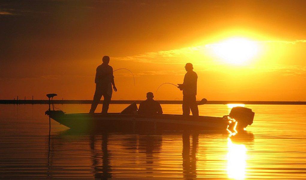 Para praticar a pesca, o Brasil tem disponível um litoral de mais de 8 mil km de extensão e mais de 12% de toda a água doce do mundo. Ao todo, são mais de 4 mil espécies de peixe no país. A pesca oceânica é praticada principalmente da Bahia até Santa Catarina e entre os peixes comuns no litoral brasileiro estão o marlin, o xaréu e o espadarte