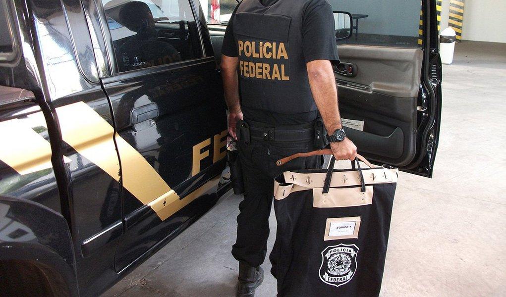 Polícia Federal deflagrou nesta terça-feira, 8, operação para combater a extração e comercialização ilegal de diamantes em terras indígenas em Rondônia; foram expedidos 90 mandados, incluindo 11 de prisão preventiva e 41 de busca e apreensão, no DF, Rondônia, Minas Gerais, São Paulo, Rio de Janeiro, Paraná, Rio Grande do Sul, Bahia, Mato Grosso e Pará; operação foi realizada a partir de informações da atuação do doleiro Habib Chater, preso em 2014 pela Lava Jato, que era dono de um posto de gasolina em Brasília usado para lavagem de dinheiro e pagamento de propinas