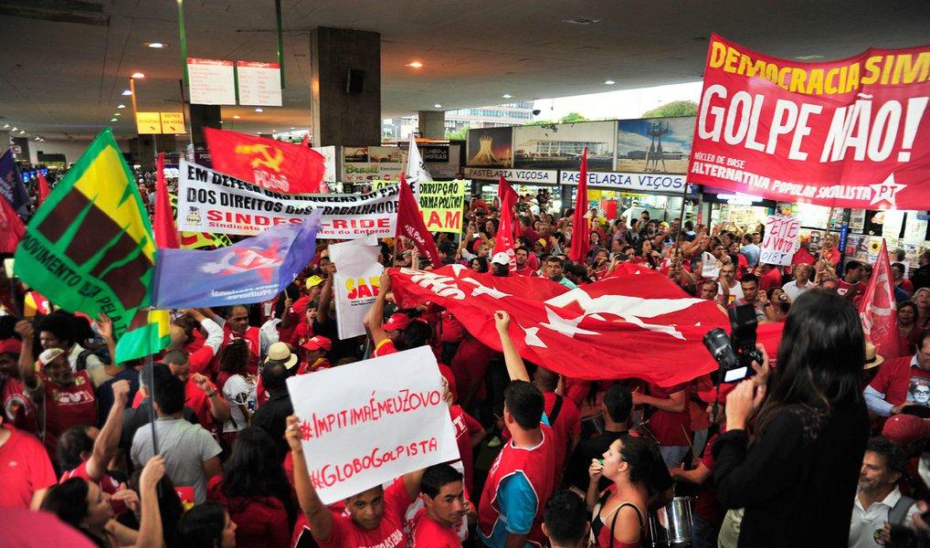Defender a democracia, a legalidade e legitimidade do mandato presidencial de Dilma Rousseff; manifestar repúdio às tentativas de golpe, via impeachment; denunciar e criticar o ajuste fiscal; exigir a cassação do presidente da Câmara, Eduardo Cunha; e reivindicar uma nova política econômica para o país; estas são as pautas que marcarão o ato público que acontece nesta quarta (16), no Centro de Aracaju
