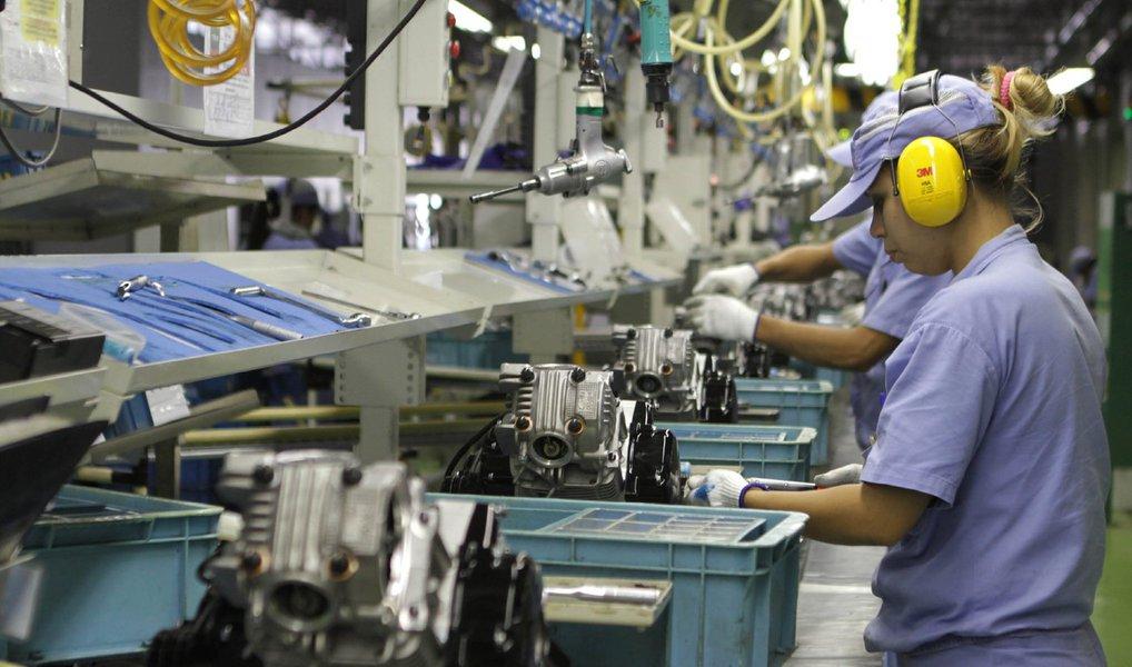 Pesquisa Indicadores Industriais, realizada pela Confederação Nacional da Indústria, aponta que ofaturamento da indústria caiu em março, após dois meses seguidos de crescimento; faturamento demarço sofreu queda de 1,2% ante fevereiro; nível de emprego teve baixa de 0,6% no período, caindo pelo 14º mês consecutivo