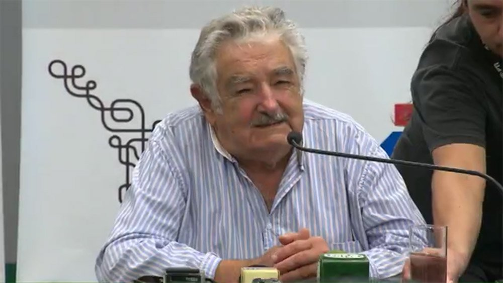 """Ex-presidente do Uruguai voltou a defender o ex-presidente Lula, de quem afirma ser amigo; segundo ele, """"há muita paixão política e que pode haver interesses preocupados em acabar com a carreira de Lula""""; """"Todos sabem que ele é carismático e fez uma obra importante no Brasil. O que não concordo é que destrocem o Brasil. O povo brasileiro está pagando um preço que não merece"""", disse Pepe Mujica no Paraná, onde participa de evento na Universidade Federal de Integração da América-Latina (Unila), em Foz do Iguaçu"""