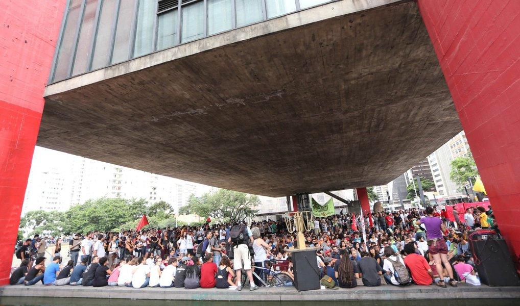 Depois de cantar, dançar, tocar e discursar durante toda a tarde desta quarta (30) no vão-livre do Masp, um grupo de artistas, diretores, profissionais do audiovisual, representantes de coletivos artísticos e manifestantes a favor da democracia decidiram fechar brevemente a Avenida Paulista, em São Paulo, para uma intervenção artística; o ato faz parte de uma série de manifestações em diversas cidades do país, denominada Vigília pela Democracia, que continua amanhã (31) com um ato na Praça da Sé, no centro de São Paulo