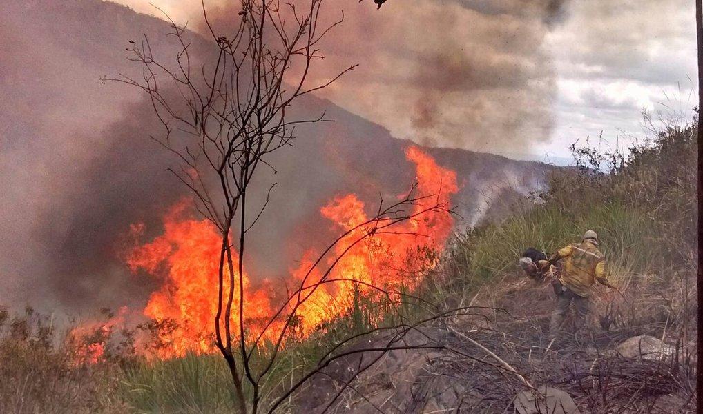 Os focos de incêndios que, há mais de 20 dias, atingem a Chapada Diamantina, na Bahia, continuam sob controle, mas não foram totalmente combatidos. No Vale do Capão, município de Palmeiras, uma das áreas mais atingidas pelas chamas, os brigadistas conseguiram conter o incêndio na Serra da Moitinho, onde o fogo se intensificou; situação parecida é a do município de Lençóis