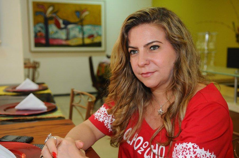 """Ex-prefeita de Fortaleza, a deputada federal Luizianne Lins (PT) criticou os irmãos Ciro e Cid Gomes (PDT) em ato promovido pela CUT neste domingo (1). Ela chamou seus desafetos políticos de """"oportunistas"""", disse que """"não são de esquerda"""" e que seus discursos só impressionam """"os deslumbrados"""""""