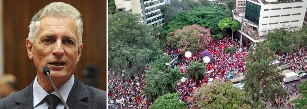 Ao postar uma imagem da Praça Afonso Arinos lotada, em Belo Horizonte, o deputado estadual Rogério Correia, do PT, comemorou o fim do golpe contra a democracia que, segundo ele, vem sendo incitado pela Rede Globo