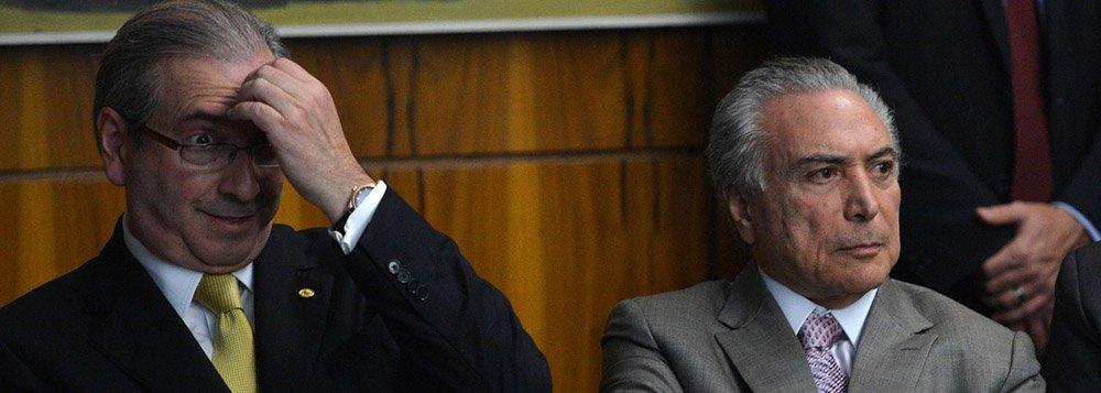 """""""Se o impeachment passar, Temer manterá como seu substituto e sucessor imediato um réu perante o STF, rejeitado por 77% dos brasileiros (Datafolha), acusado de receber milhões de dólares em propinas, a exemplo da denúncia que estourou hoje?"""", pergunta a jornalista Tereza Cruvinel; segundo ela, """"como Cunha tem uma tropa para evitar a cassação, já estaria sendo ensaiado um acordo pelo qual ele renunciaria à presidência da Câmara salvando o mandato. E de quebra, o foro privilegiado do STF"""";""""Se vier mesmo a presidência Temer, já se ouve no PMDB que ele terá de se livrar de Cunha na presidência da Câmara. Como poderia Temer convencer o Brasil de que veio para consertar o país (pois em uni-lo nem poderá falar) tendo Cunha como segundo na linha sucessória?"""", coloca ainda a colunista do 247"""
