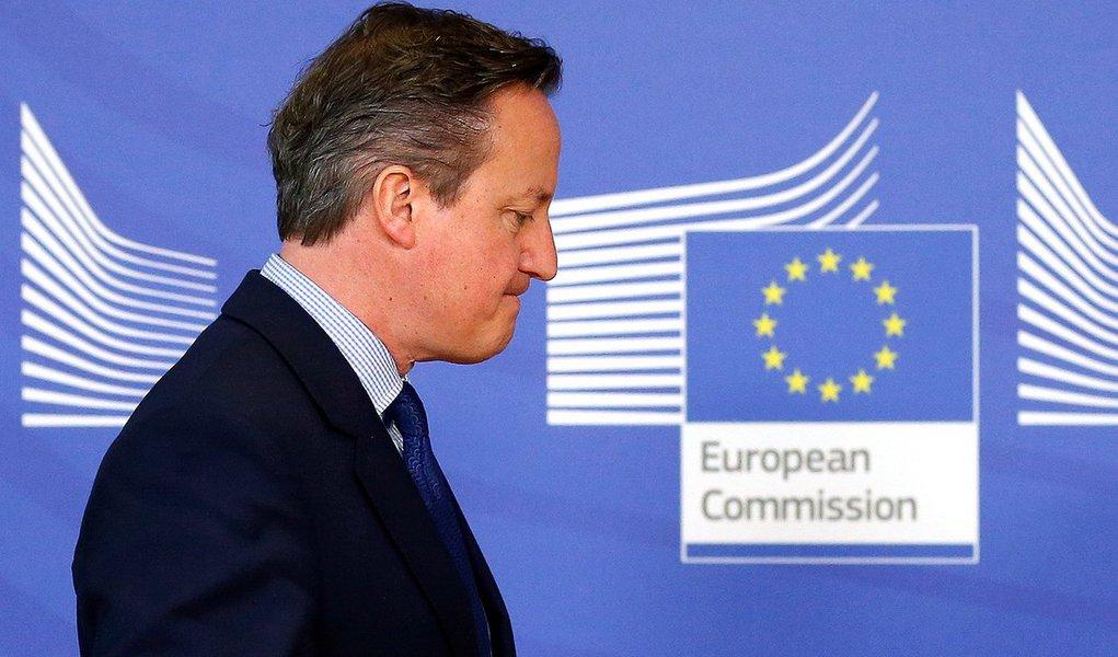 Campanha para que a Grã-Bretanha se separe da União Europeia subiu para 43%, um aumento de 2 pontos percentuais em relação a uma sondagem semelhante de uma semana atrás, como indicou a pesquisa da ICM;primeiro-ministro britânico, David Cameronenfrenta uma das crises mais profundas em sua liderança de uma década no Partido Conservador desde que Iain Duncan Smith, ex-secretário de Trabalho e Aposentadoria contrário à filiação à UE, renunciou por conta dos gastos com o bem-estar social