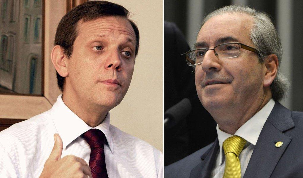 """Cientista político André Singer política afirma neste sábado, 5, que o presidente da Câmara agiu de forma """"irresponsável"""" ao acolher o pedido de impeachment da presidente Dilma Rousseff; para ele, a peça jurídica conta Dilma é""""artificial, manipulada sem escrúpulos""""; """"Convém afastar as ilusões: não haverá ganho nesta refrega"""", afirma; para ele, se chegar a acontecer, o mandato do PMDB terminará em isolamento semelhante ao que acomete hoje o Planalto"""
