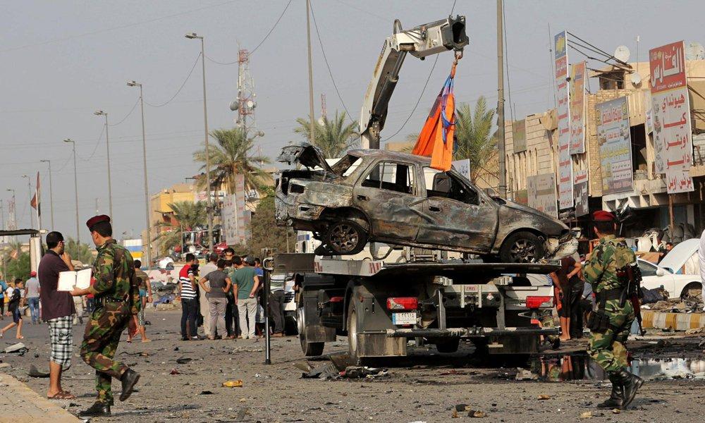 Um militante suicida detonou uma bomba em uma localidade a sul de Bagdá, capital do Iraque, e matou pelo menos 25 pessoas, de acordo com fontes locais; o suicida detonou os explosivos no meio de uma multidão, após um jogo de futebol