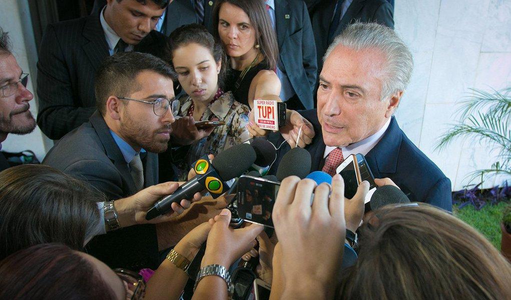 """""""O jantar, ontem, já sem a mínima discrição, de Michel Temer com seus aliados, em Brasília, embora já mereça o uso da palavra, ainda não revela, sob os sorrisos de quem precocemente se considera vitorioso, as presas da intriga e das ambições próprias"""", afirma o jornalista Fernando Brito, do Tijolaço, sobre discussões que o vice vem tendo para a formação de seu suposto governo; """"A tudo isso, porém, falta um 'detalhe'. A vitória do golpe"""", lembra ele"""