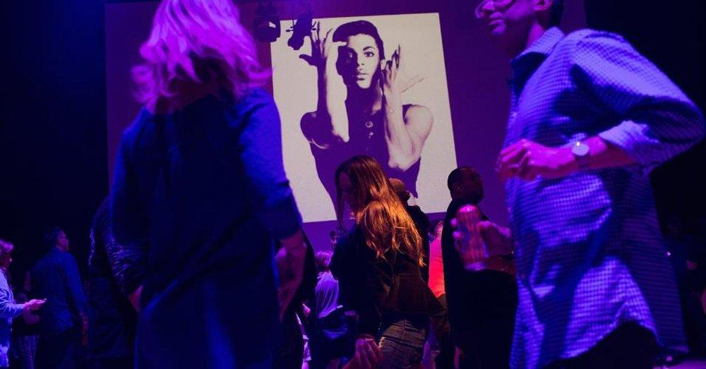 """Com as músicas de Prince agitando o salão, mais de mil fãs do cantor pop dançaram durante a noite no clube em Minneapolis onde """"Purple Rain"""" foi filmado, em uma homenagem ao astro pop poucas horas após sua morte na quinta-feira; dançarinos lotaram o salão do clube First Avenue, onde um telão exibiu vídeos do cantor ao sim de hits como """"Little Red Corvette"""", """"When Doves Cry"""", """"Kiss"""", """"Let's Go Crazy"""" e """"Get Off"""""""