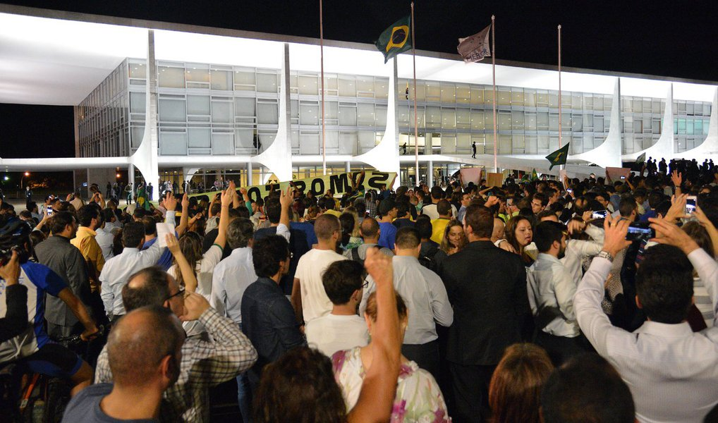 Um grupo de petistas entrou em confronto com manifestantes queprotestam, nesta quarta (16), contra a nomeação do ex-presidente Lula para a Casa Civil em frente ao Palácio do Planalto, em Brasília; houve correria e a polícia usou cassetetes e spray de pimenta para evitar os embates; na Praça dos Três Poderes, cerca de 2 mil pessoas protestam contra Lula, Dilma e o PT