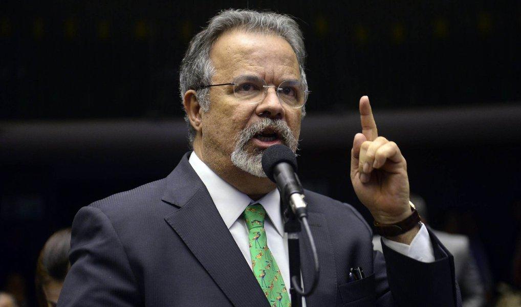 O deputado federal Raul Jungmann (PPS-PE), vice-líder da Minoria, protocolou, em nome do PPS, nesta quinta (17), mandado de segurança coletivo no Supremo Tribunal Federal, pedindo liminar para sustar os efeitos do ato de nomeação e posse de Lula como ministro-chefe da Casa Civil; o ministro Gilmar Mendes foi designado relator da matéria na corte