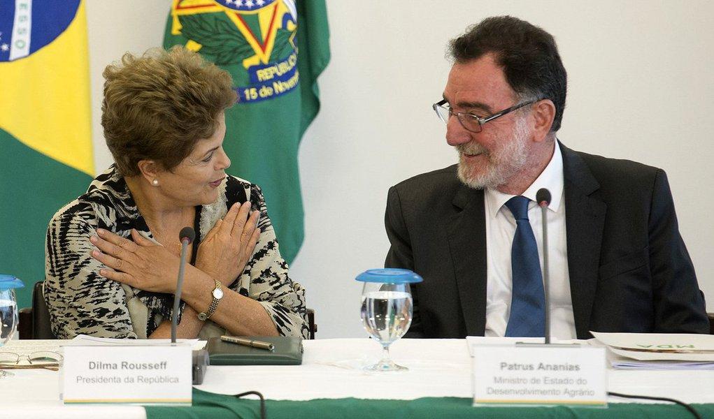 """Segundo o ministro do Desenvolvimento Agrário, Patrus Ananias, na próxima terça-feira, Dilma Rousseff deve anunciar recursos para que a Agência Nacional de Assistência e Extensão Rural (Anater)possa operar no mesmo dia em que lançará o Plano Safra da Agricultura Familiar 2016/17; a estatal foi criada em 2014; Ananias afirma que o governo irá """"consolidar"""" e """"colocar de pé"""" a Anater, que nascerá com a meta de assistir 10 mil famílias de agricultores e contratar e capacitar 2 mil técnicos para dar assistência no campo"""