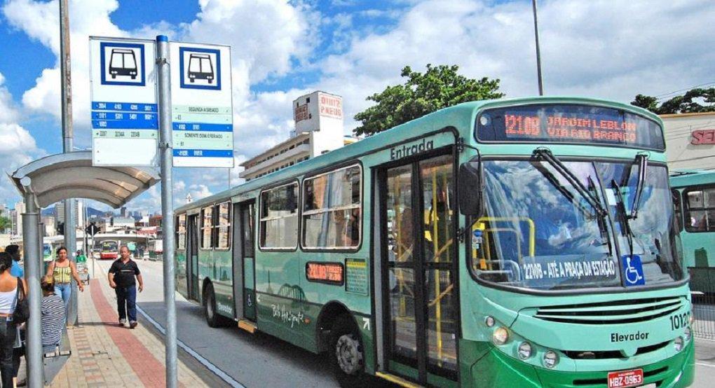 Motoristas e cobradores de ônibus de Belo Horizonte vão paralisar o trabalho a partir de 3h desta segunda-feira; protesto é contra projeto de lei que está nas mãos do prefeito Marcio Lacerda, visto pela categoria como uma ameaça de extinção do cargo de cobrador; de acordo com o diretor do Sindicato dos Trabalhadores em Transportes Rodoviários de Belo Horizonte (STTR-BH), Denilson Dorneles, haverá mobilização nas garagens de todas as 48 empresas de ônibus da capital
