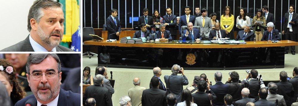 """Deputados petistas tentam impedir que a escolha nesta terça-feira, 8, dos integrantes da comissão especial da Câmara dos Deputados que analisará o pedido de abertura de processo de impeachment contra a presidente Dilma Rousseff se dê por voto secreto; """"Se ele (Cunha) utilizar o regimento, nós vamos levar o assunto ao Supremo Tribunal Federal"""", afirmou o deputado Paulo Pimenta (RS); """"Votação secreta é uma vergonha para o Brasil"""", resumiu o vice-líder do PT, Henrique Fontana"""