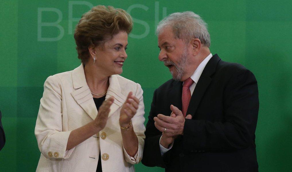 A presidente Dilma Rousseff e o ex-presidente Lula se encontraram nesta quinta (28), em Brasília, para discutir as estratégias de enfrentamento ao processo de impeachment que será votado pelos senadores nas próximas semanas; nos próximos dias, estão programadas manifestações contra o impeachment em diversas cidades brasileiras e Lula tenta convencer Dilma a comparecer a um dos eventos, em São Paulo, no próximo domingo (1º)