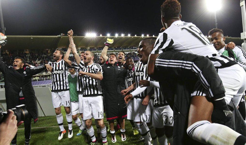A Juventus ganhou o título do Campeonato Italiano pela quinta temporada consecutiva nesta segunda-feira, sem entrar em campo, depois que o Napoli, única equipe que poderia alcançá-la, perdeu por 1 x 0 para a Roma, com um gol de Radja Nainggolan no final
