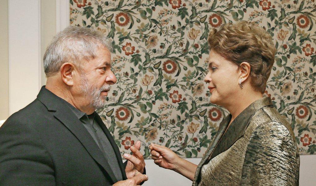 Numa decisão de alto impacto, a presidente Dilma Rousseff decide nomear o ex-presidente Lula em seu gabinete, fazendo parte do núcleo duro do governo; nesta posição, e também como candidato à presidência da República em 2018, Lula tentará organizar medidas para a retomada do crescimento e também para reaglutinar a base de sustentação do governo no Congresso; oposição deverá criticar decisão, que dá ao ex-presidente o foro privilegiado e o retira do alcance da força-tarefa paranaense; Lula, no entanto, poderá ser investigado na Lava Jato pelo STF; Lula está a caminho de Brasília
