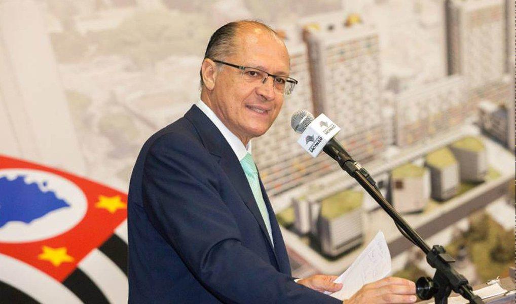 """O governador Geraldo Alckmin (PSDB) afirmou que o PT """"jogou o país no abismo"""" e que o """"Brasil precisa mais do que nunca virar essa triste página de sua história""""; em vídeo divulgado nas redes sociais no início da noite desta quinta-feira (17), o governador paulista disse que """"a intolerância e a incitação à violência não são marcas do povo brasileiro, mas sim desse grupo que jogou país no abismo"""""""