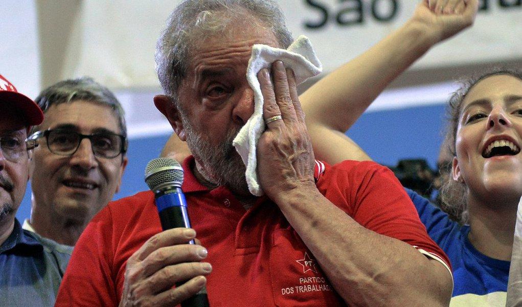 Em reunião com a direção do PT, com os olhos cheios de lágrimas, o ex-presidente Lula levou todos às lagrimas na manhã desta terça-feira (19) ao descrever o comportamento da presidente Dilma Rousseff durante a votação do impeachment na sessão da Câmara dos Deputados; contou que saiu três vezes da sala onde assistia à votação para chorar eque Dilma pediu que seus auxiliares o consolassem; ele lembrou as adversidades que enfrentou para fundar o PT e se disse traído por deputados com quem conversou antes da votação