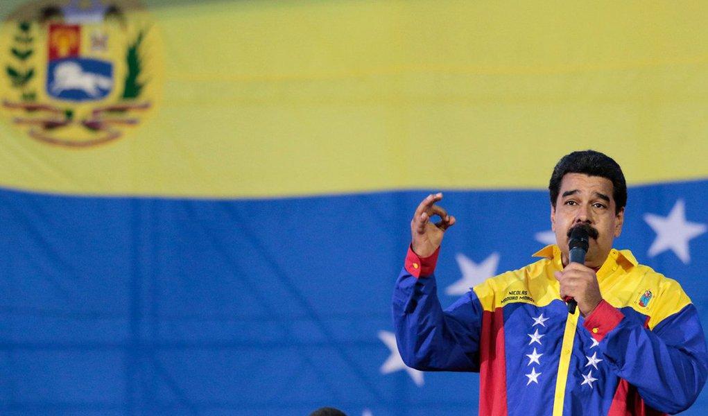 """""""Eu pedi ao Conselho de Ministros que apresente a demissão, para que possa efetuar um processo de restruturação, de renovação e de profundo relançamento de todo o governo nacional"""", disse o presidente da Venezuela, Nicolás Maduro,durante programa semanal de rádio e televisão; com a coligação da Mesa da Unidade Democrática (MUD), a oposição obteve, nas eleições de domingo, 112 dos 167 lugares que compõem o Parlamento venezuelano, uma maioria de dois terços que lhe confere amplos poderes"""