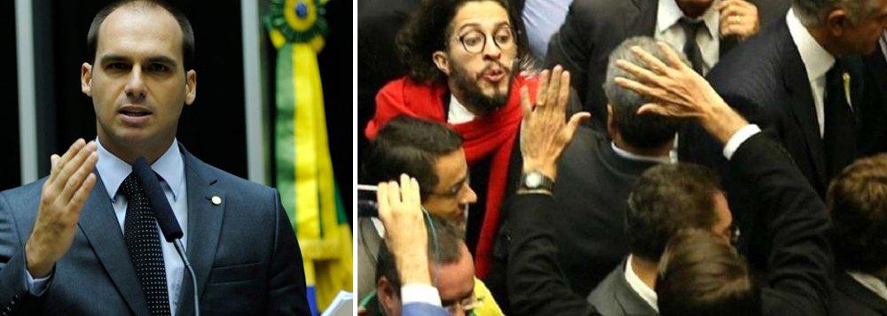 O episódio do cuspe do deputado federal Jean Wyllys(PSOL-RJ) no colega de estado Jair Bolsonaro (PSC-RJ) continuam rendendo polêmicas. Um novo vídeo divulgado mostra, por outro ângulo, o momento em que o filho de Bolsonaro, o deputado Eduardo Bolsonaro (PSC-SP), cospe em direção a Wyllys; o parlamentar que estava próximo ao pai - e trajava um terno azul -, caminhou alguns passos para frente para poder acertar o colega de Câmara quando ele passava