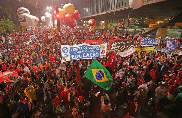 As manifestações de sexta-feira demonstraram que o golpe não vai ser tão simples quanto se deseja. Por outro lado, essa inequívoca cooptação das instituições torna inútil a resistência meramente dialética ou jurídica