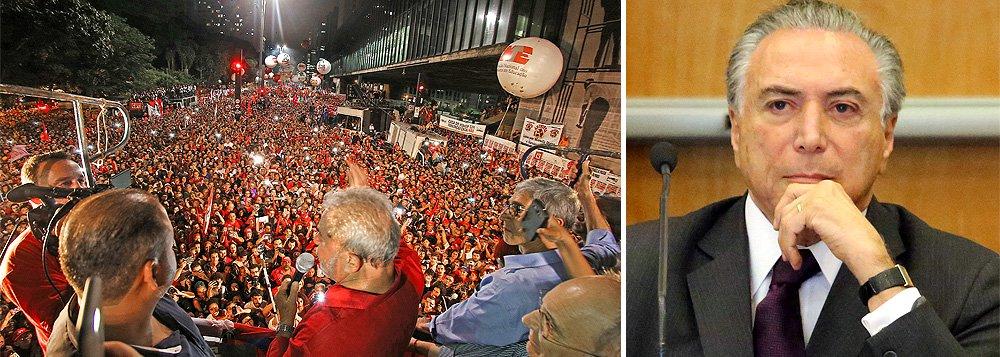 """Michel Temer deve procurar o ex-presidente Lula assim que o Senado admitir o processo de impeachment de Dilma Rousseff; segundo a colunista Natuza Nery, em conversas reservadas, o vice tem dito que a contribuição do PT """"seria de extrema importância"""" para garantir estabilidade a um novo governo; """"na avaliação do PMDB, o petista é fundamental para segurar a pressão das ruas"""", diz; por outro, Lula sabe que terá dificuldade para se posicionar contra a agenda econômica de Temer, já que Henrique Meirelles era seu nome para a Fazenda há tempos"""
